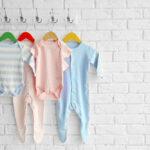 memilih baju bayi
